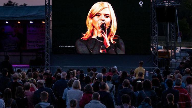 Fans verfolgen in Garbsen die Sängerin Carlotta Truman des Duos