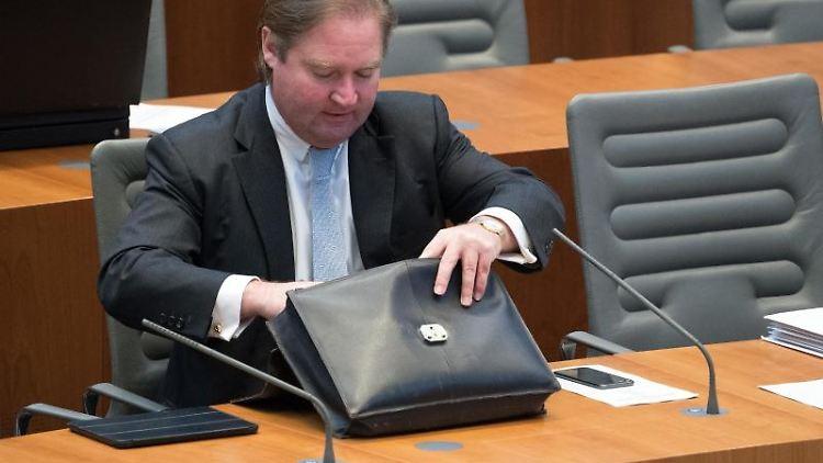 Lutz Lienenkämper (CDU), Finanzminister von Nordrhein-Westfalen, verfolgt die Sitzung des Landtages. Foto: Federico Gambarini/Archivbild