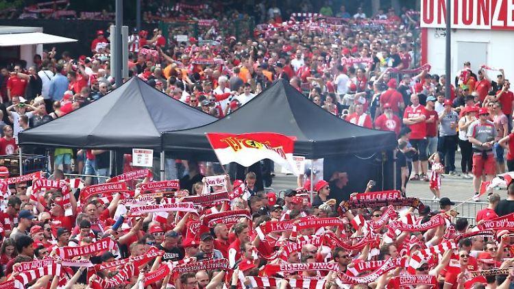 Fans von Union Berlin stehen beim Public Viewing auf dem Stadionvorplatz. Foto: Andreas Gora