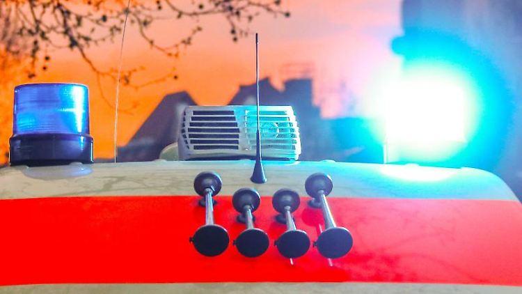 Ein Rettungswagen mit Blaulicht und Signalhorn. Foto: Hannibal Hanschke/Archivbild