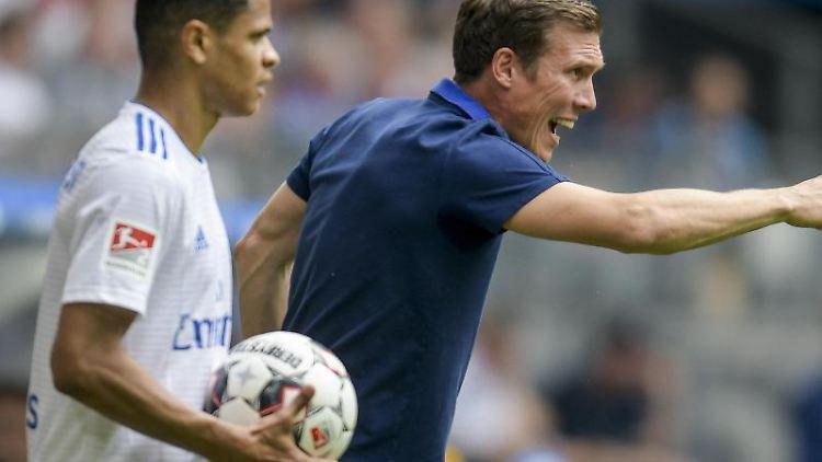 Hamburgs Trainer Hannes Wolf (r.) coacht neben Hamburgs Douglas Santos sein Team. Foto: Axel Heimken/Archivbild