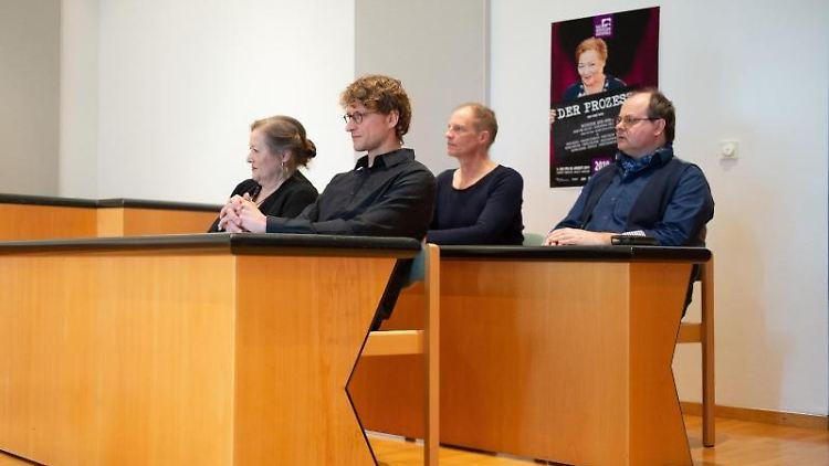 Marianne Sägebrecht (l.-r.), Ronny Miersch, Thorsten Nindel und Markus Majowski sitzen auf der