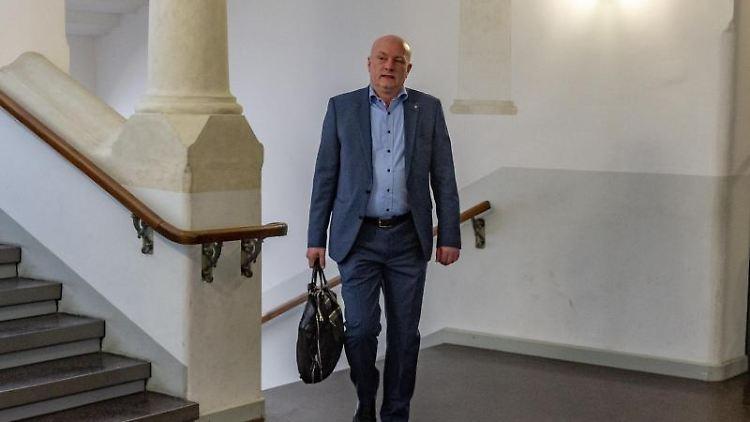 Joachim Wolbergs (SPD), suspendierter Regensburger Oberbürgermeister, im Landgericht Regensburg. Foto: Armin Weigel/Archivbild