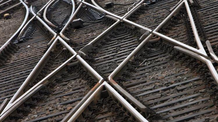 Gleise, die sich kreuzen, sind zu sehen. Foto: Boris Roessler/Archiv