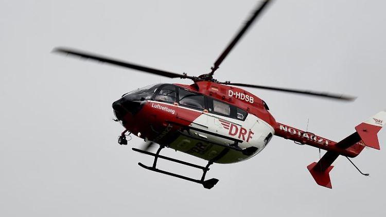Ein Rettungshubschrauber fliegt am Himmel. Foto: Carsten Rehder/Archivbild