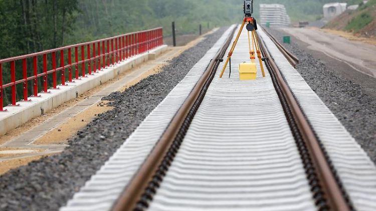 Neue Schienen werden auf einer alten Bahntrasse in Hahnenfurt verlegt. Foto: Roland Weihrauch