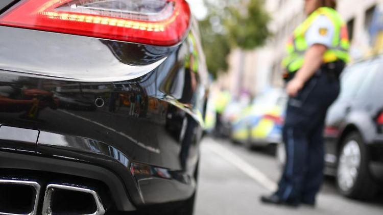 Polizeibeamte kontrollieren Fahrzeuge. Foto: Uwe Anspach/Archivbild