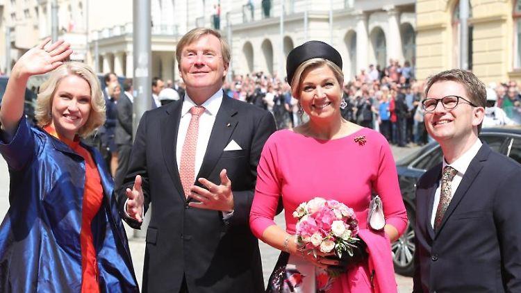 Manuela Schwesig (SPD, l.) und ihr Ehemann Stefan (r.) begrüßen König Willem-Alexander (2.v.l) und seine Frau Máxima. Foto: Jens Büttner