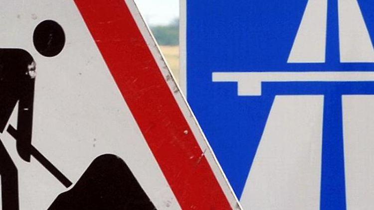 Ein Baustellenschild ist vor einem Autobahnschild platziert. Foto: Martin Schutt/Archivbild
