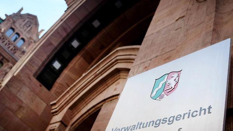 Der Eingang des Verwaltungsgerichtes in Düsseldorf (Nordrhein-Westfalen). Foto: Martin Gerten/Archiv