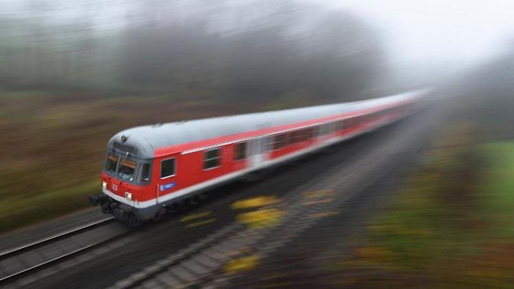 Ein Regionalexpress fährt eine Strecke entlang. Foto: Felix Kästle/Archivbild