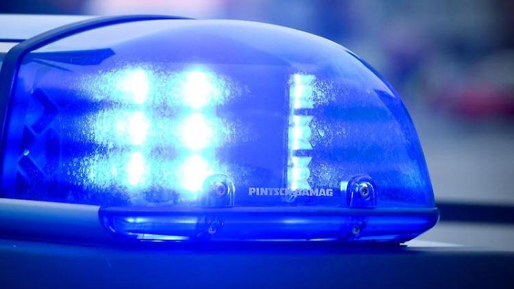 Das Blaulicht an einem Polizeiauto leuchtet. Foto: Patrick Pleul/Archivbild