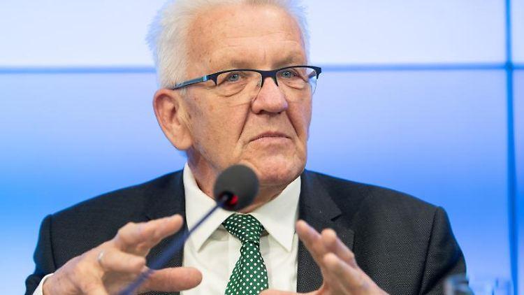 Winfried Kretschmann (Bündnis 90/Die Grünen) spricht während einer Pressekonferenz in das Mikrofon. Foto: Sebastian Gollnow/Archivbild