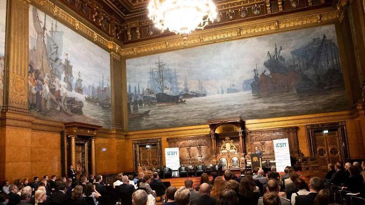 Außenminister Heiko Maas (SPD) spricht auf einem Senatsempfang im Großen Festsaal im Hmburger Rathaus. Foto: Christian Charisius