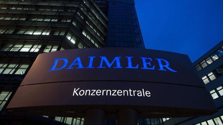 Die Daimler-Konzernzentrale, aufgenommen in der Morgendämmerung. Foto: Marijan Murat/Archivbild