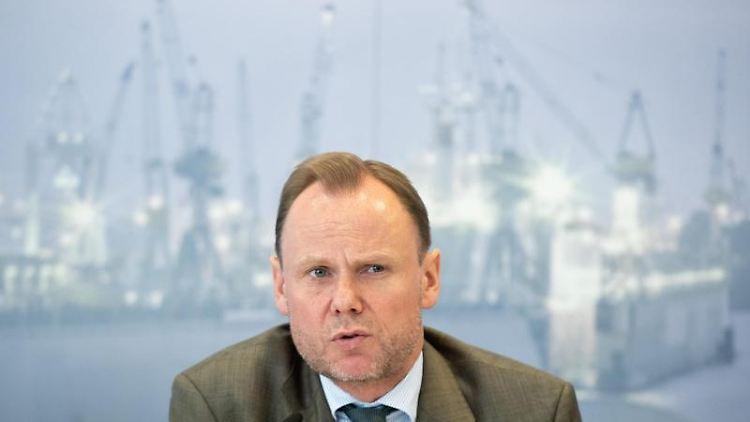 Andy Grote (SPD), Innensenator von Hamburg, spricht bei einer Pressekonferenz. Foto: Daniel Reinhardt/Archiv
