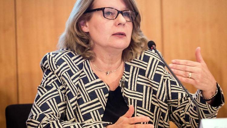 Cornelia Prüfer-Storcks (SPD), Senatorin für Gesundheit und Verbraucherschutz in Hamburg, spricht auf einer Pressekonferenz im Rathaus in Hamburg. Foto: Christian Charisius/Archiv