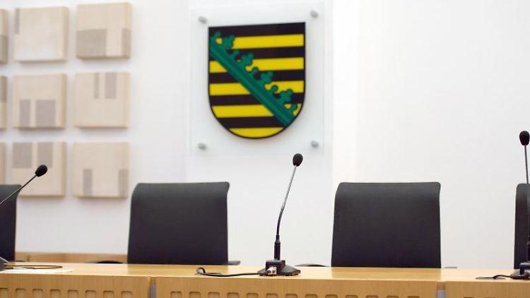 Ein Gerichtssaal im Sächsischen Oberverwaltungsgericht. Foto: Arno Burgi/Archivbild