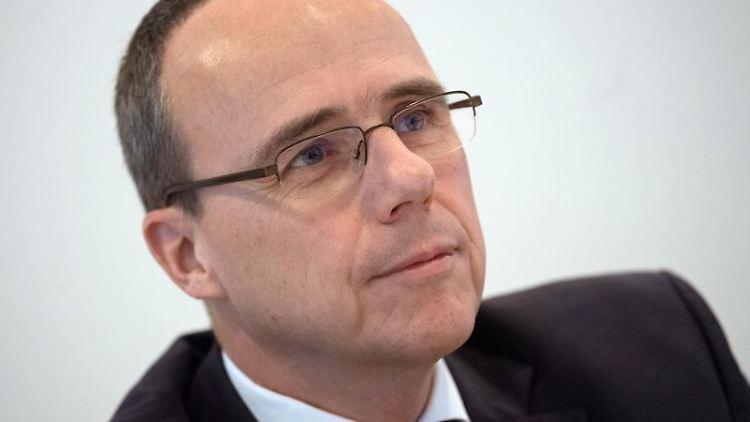 Peter Beuth (CDU), Innenminister von Hessen, nimmt an einer Sitzung teil. Foto: Boris Roessler/Archivbild