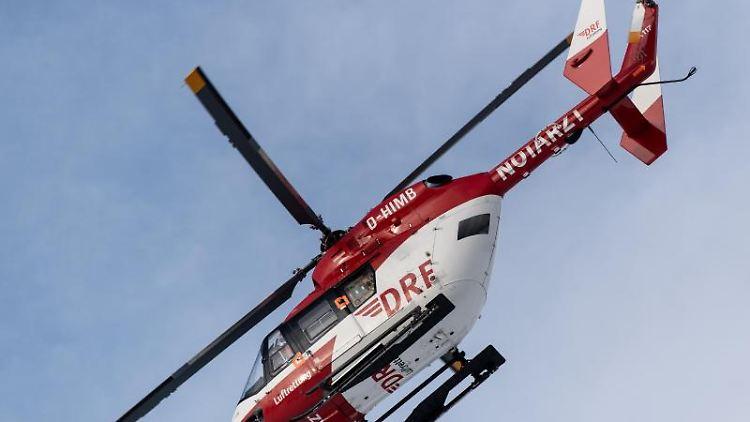 Ein Rettungshubschrauber fliegt am Himmel. Foto: Patrick Seeger/Archivbild