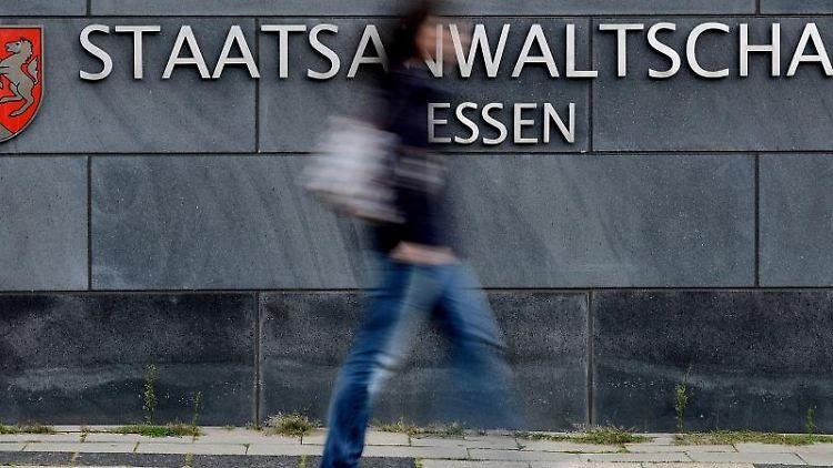 Eine Frau geht in Essen an der Staatsanwaltschaft vorbei. Foto: Volker Hartmann/Archiv
