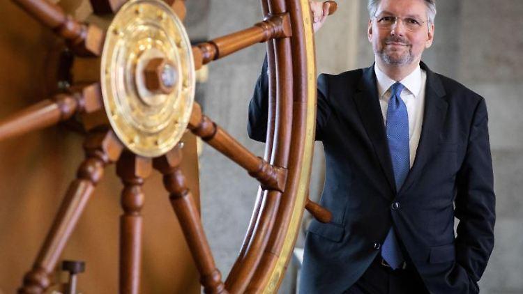 Hans-Jörg Czech steht neben einem Steuerrad. Foto: Christian Charisius