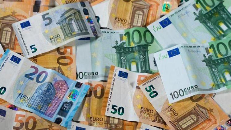 Zu sehen sind Euro-Geldscheine mit unterschiedlichen Werten. Foto: Jens Büttner/Archivbild