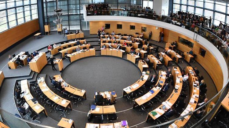 Abgeordnete, Minister und Besucher sitzen im Thüringer Landtag. Foto: Martin Schutt/Archivbild