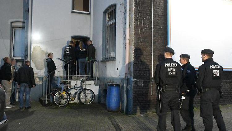 Polizeibeamte auf dem Weg zu einer Hausdurchsuchung in Essen. Foto: Stephan Witte/KDF-TV & Picture 2019