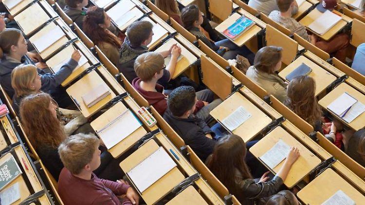 Studenten sitzen in einem Hörsaal. Foto: Thomas Frey/Archivbild