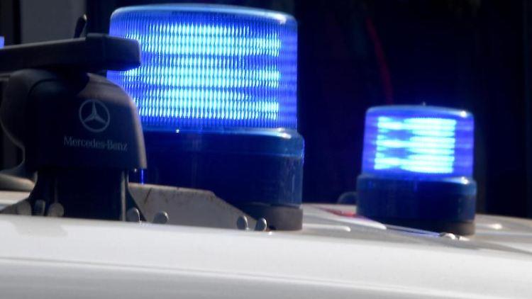 Blaulichter sind auf den Dächern von Polizeifahrzeugen zu sehen. Foto: Carsten Rehder/Archiv