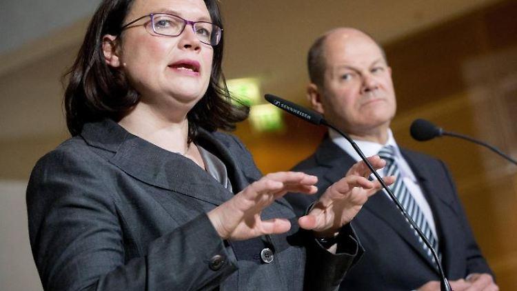 Andrea Nahles, und Olaf Scholz sprechen in der SPD-Zentrale im Willy-Brandt-Haus zu den Medienvertretern. Foto: Kay Nietfeld/Archivbild