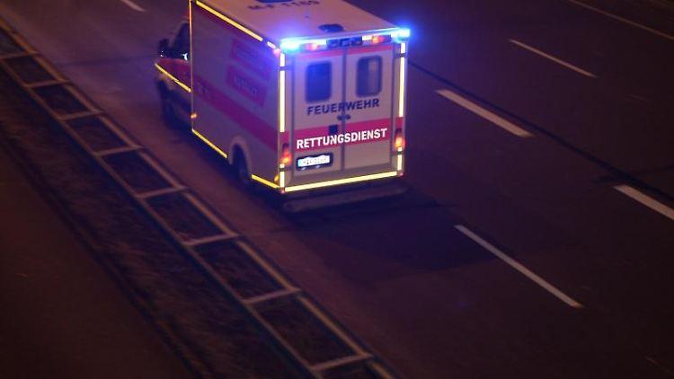 Ein Krankenwagen fährt in der Nacht. Foto: Felix Hörhager/Archivbild