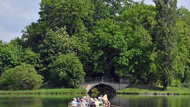 Eine Gondel mit Touristen fährt im weltberühmten Wörlitzer Park über den See. Foto:Hendrik Schmidt