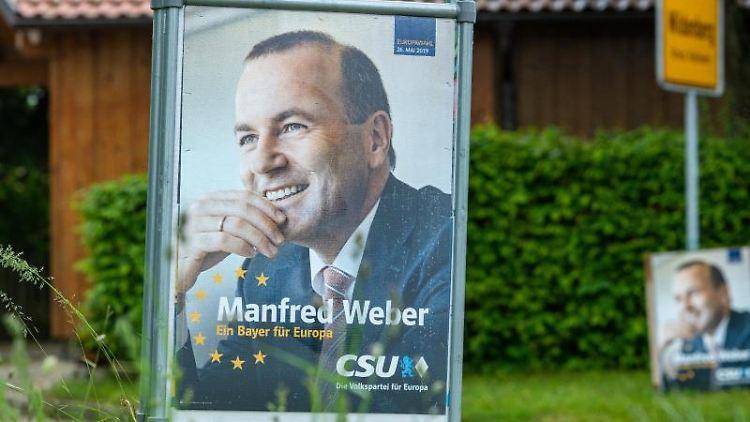 Wahlplakate von Manfred Weber (CSU) sind am Ortseingang von Wildenberg im Landkreis Kelheim angebracht. Foto:Armin Weigel