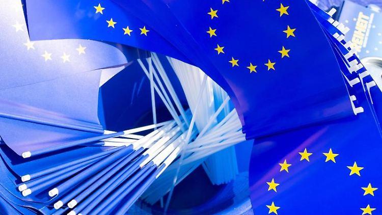 Zahlreiche Europa-Fähnchen sind in einem Eimer am Stand der Pulse of Europe verstaut. Foto:DanielSchäfer/Archivbild