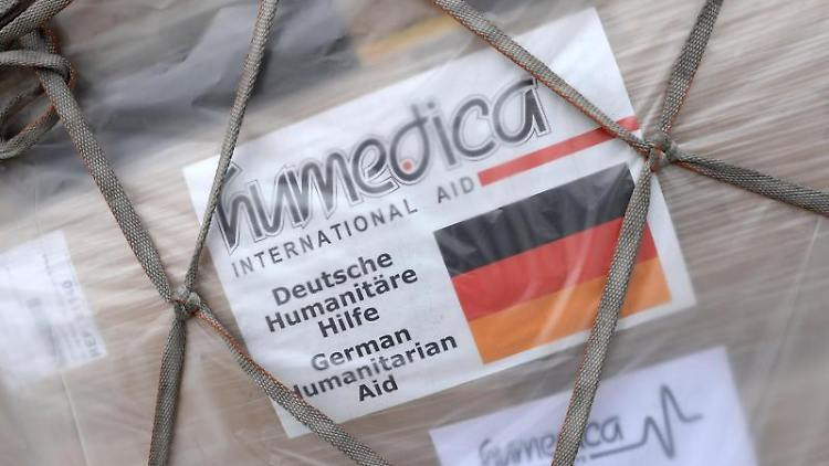 Ein Aufkleber der Hilfsorganisation Humedica klebt auf dem Flughafen in München (Bayern) auf einem Paket. Foto: Andreas Gebert/Archivbild