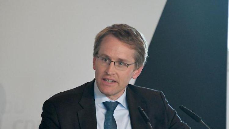 Daniel Günther (CDU), Ministerpräsident von Schleswig-Holstein, spricht beim Wahlkampfendspurt der Partei zur EU-Wahl. Foto:Carsten Rehder