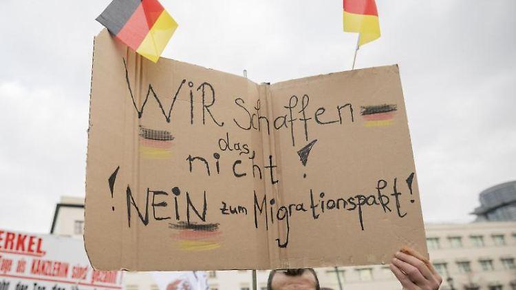Teilnehmer einer Demonstration des islam- und fremdenfeindlichen Bündnisses Pegida. Foto: Christoph Soeder/Archivbild