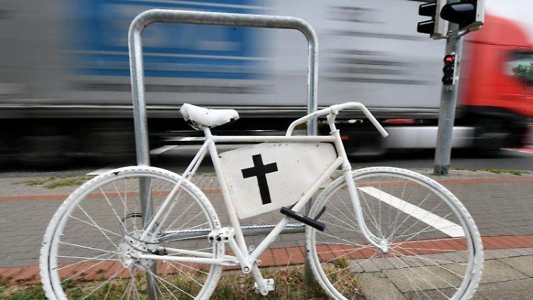 Ein weißes Fahrrad mit einem Kreuz erinnert an einer Ampelkreuzung an einen Unfall mit tödlichen Ausgang. Foto: Holger Hollemann/Archivbild