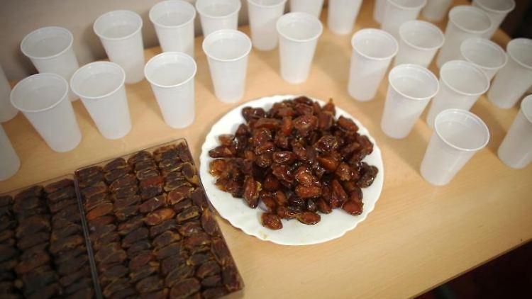 Muslime feiern das Fastenbrechen und haben dafür Datteln und Wasser bereit gestellt. Foto:Fredrik von Erichsen/Archivbild