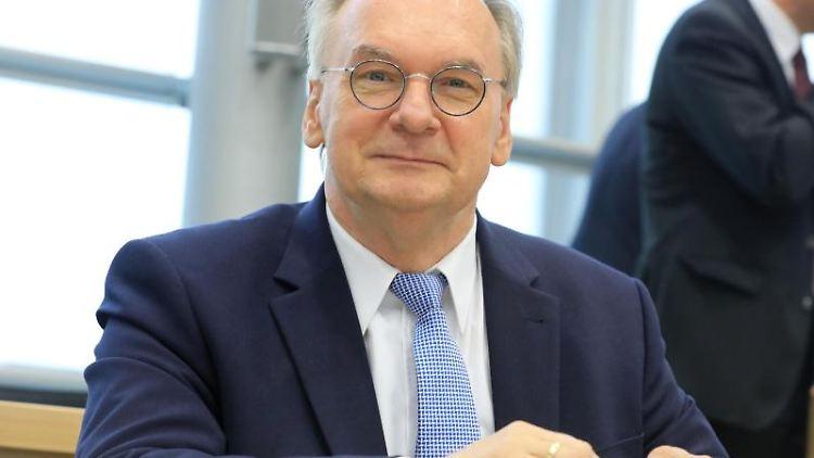 Reiner Haseloff (CDU), Ministerpräsident des Landes Sachsen-Anhalt, sitzt im Plenarsaal des Landtages. Foto: Peter Gercke/Archivbild