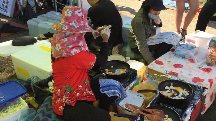 Frauen verkaufen im Preußenpark thailändisches Essen. Foto: Caroline Bock/Archivbild