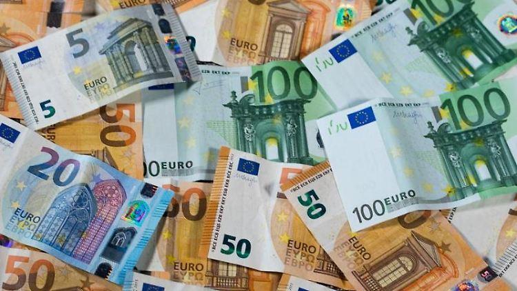 Verschiedene Euro-Geldscheine mit unterschiedlichen Werten. Foto: Jens Büttner/Archivbild