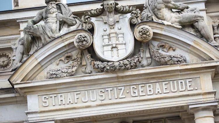 Der Haupteingang zum Strafjustizgebäude in Hamburg. Foto: Christian Charisius/Archiv
