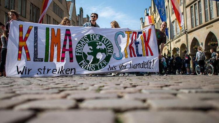 Schülerinnen und Schüler demonstrieren in Münster während des Klimastreiks. Foto: Guido Kirchner