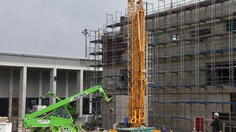 Am Pier Nord des zukünftign Hauptstadtflughafens Willy Brandt wird an den Erweiterungbauten gearbeitet. Foto: Bernd Settnik