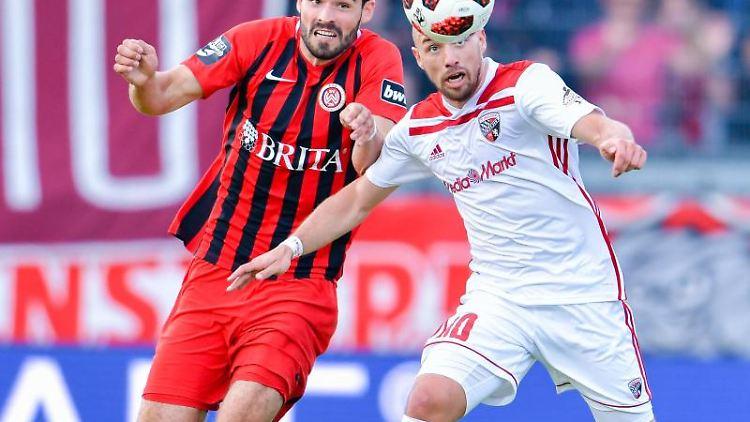 Wiesbadens Sascha Mockenhaupt (l.) und Ingolstadts Thomas Pledl kämpfen um den Ball. Foto: Uwe Anspach