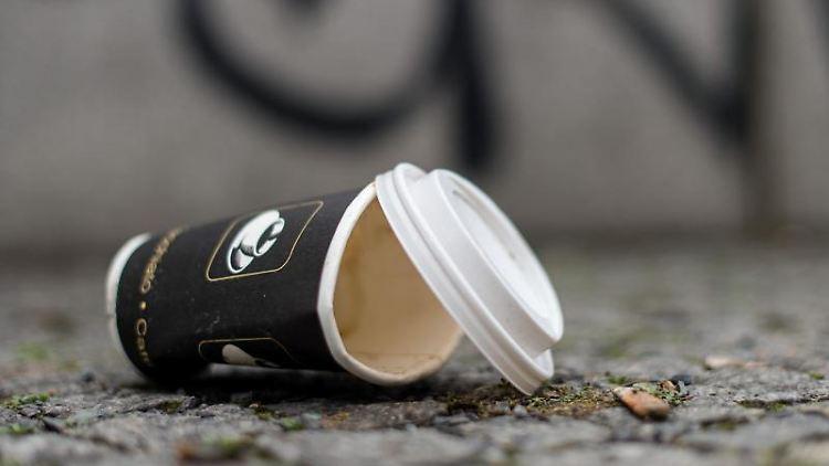 Ein Einweg-Kaffeebecher liegt auf dem Boden. Foto: Sebastian Gollnow/Archivbild