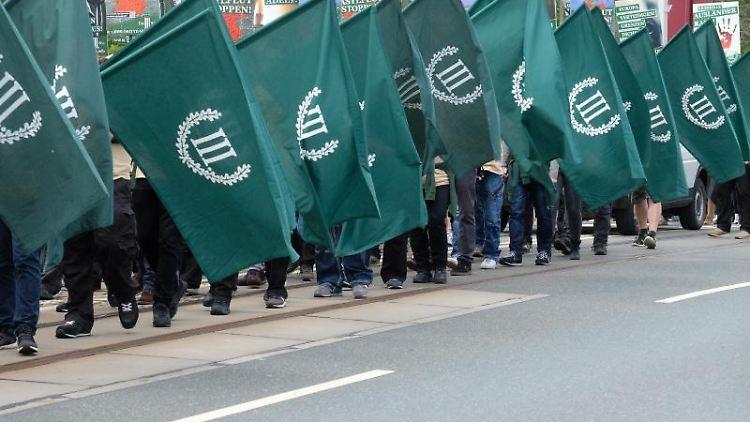 Teilnehmer eines rechten Aufmarsches der Partei